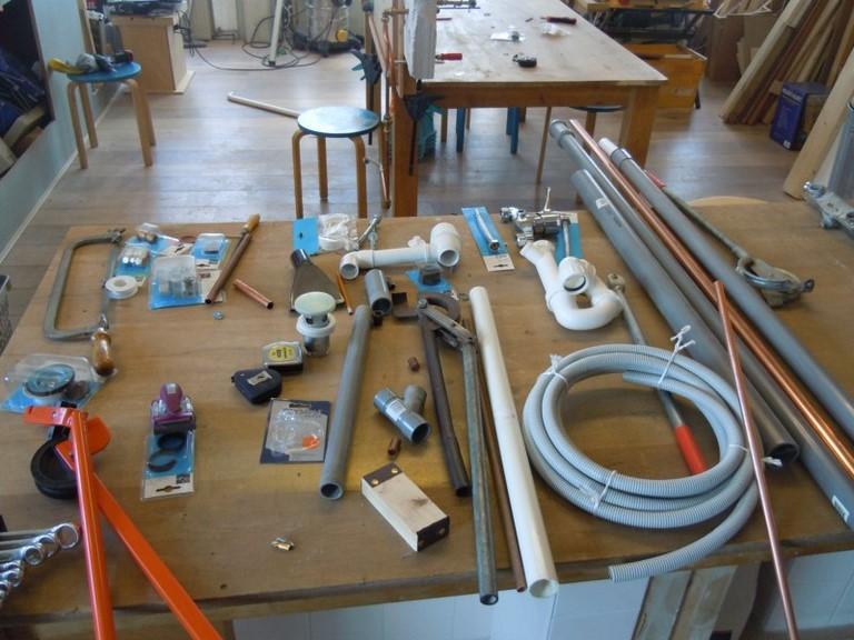 Er is nogal wat geredschap en materiaal nodig bij de workshop loodgieten