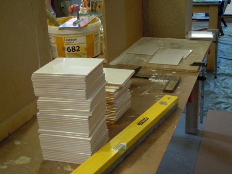De tegels staan te trappelen om in een binnen en buitenhoek getegeld te worden.
