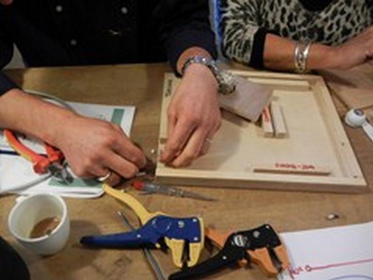 Bij de workshop Elektra leren zelf elektra aan te leggen - we beginnen in de mini kamer