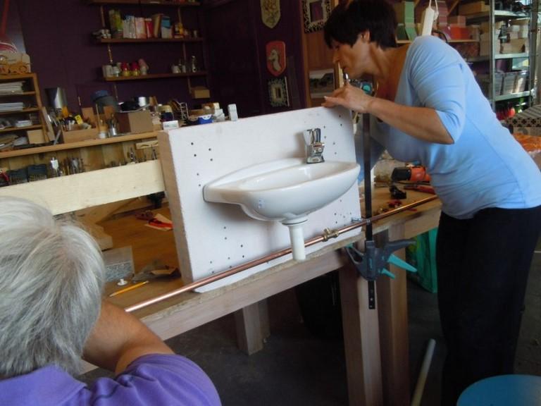 Leg koperen en kunststof/alu leidingen aan in deze workshop loodgieten